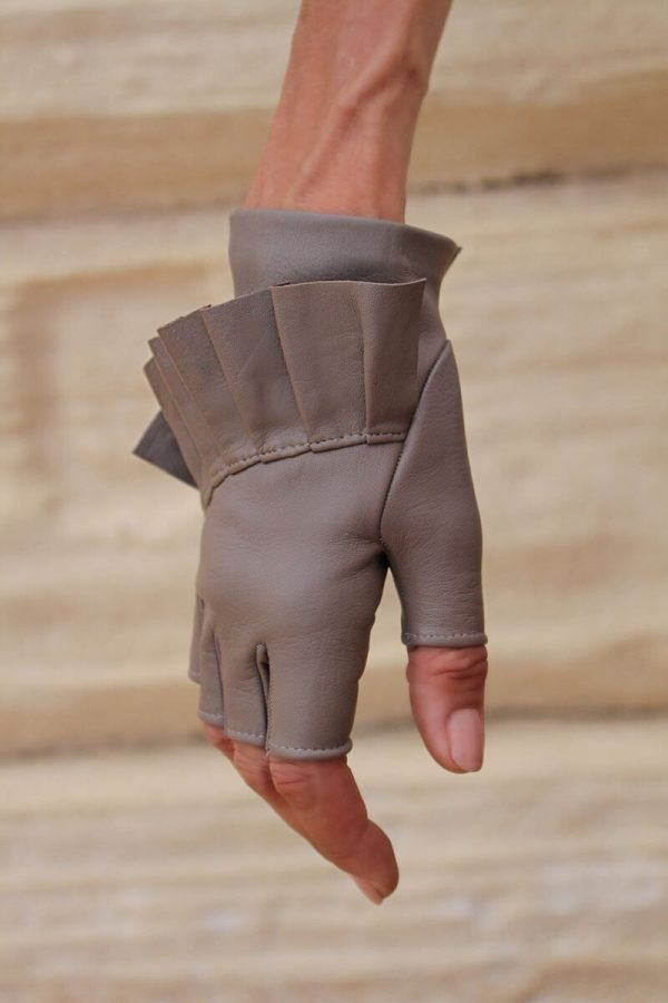 Fingerless-gloves-leather-Giorno-taupe-Spain-Armèlle-3