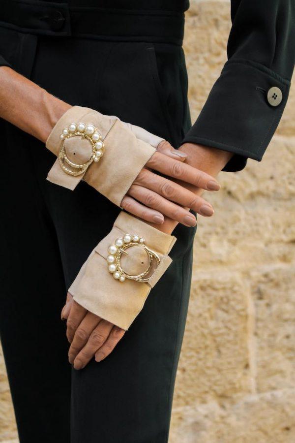 Guantes-sin-dedos-lujo-piel-perla-arena-hebilla-perlas-Armèlle-Spain-2