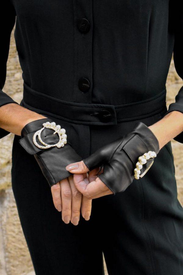Guantes-sin-dedos-lujo-piel-perla-negro-hebilla-perlas-Armèlle-Spain-4